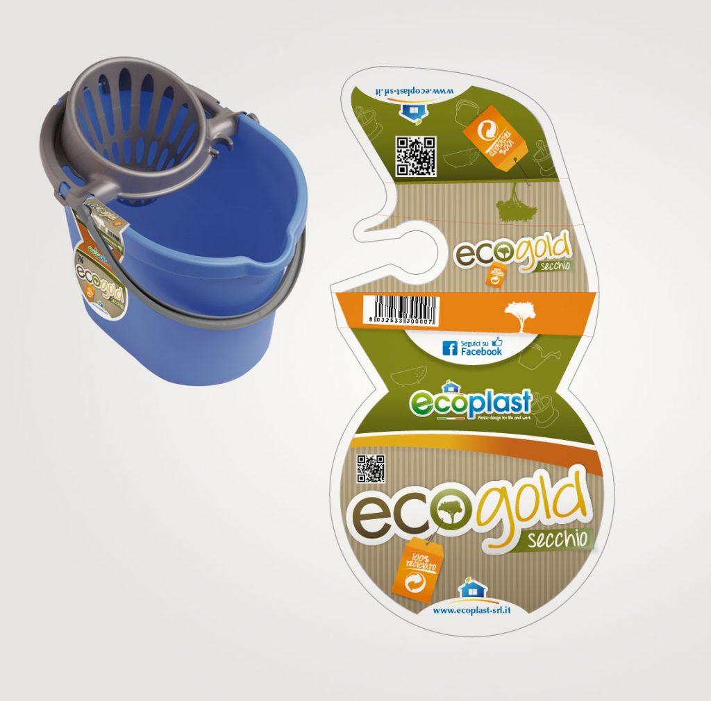 Progettazione etichetta labeling in cartone per secchio in plastica riciclata Ecogold per Ecoplast azienda produttrice di oggetti in plastica per la pulizia della casa Sicilia Italia